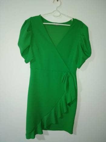 Vestido verde corto.