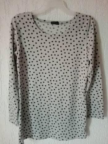 Saco color gris con puntos negros.