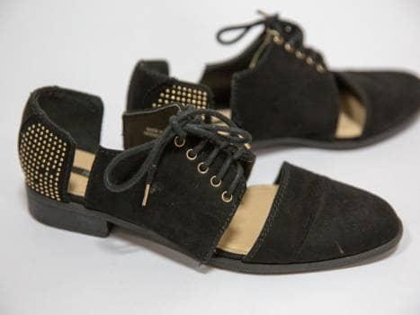 Zapatillas negras con taches